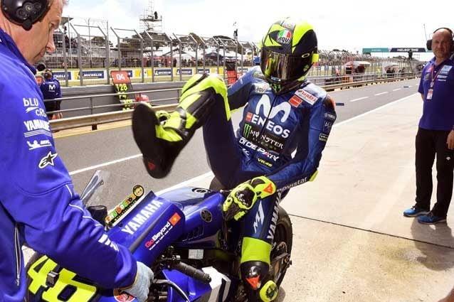 Valentino Rossi rientra ai box / Getty Images