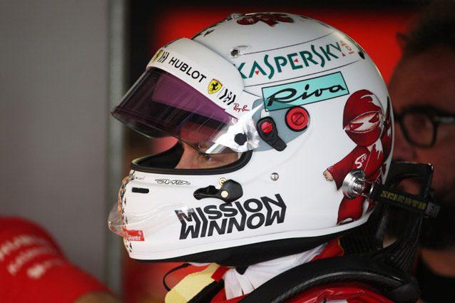 Vettel con il casco per il GP del Giappone – LaPresse