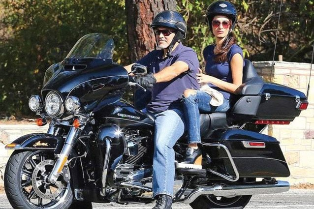 George Clooney in sella alla propria Harley–Davidson