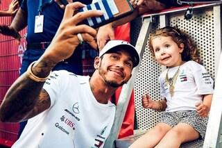 Hamilton campione non solo in pista, la scenetta con la piccola fan emoziona il web