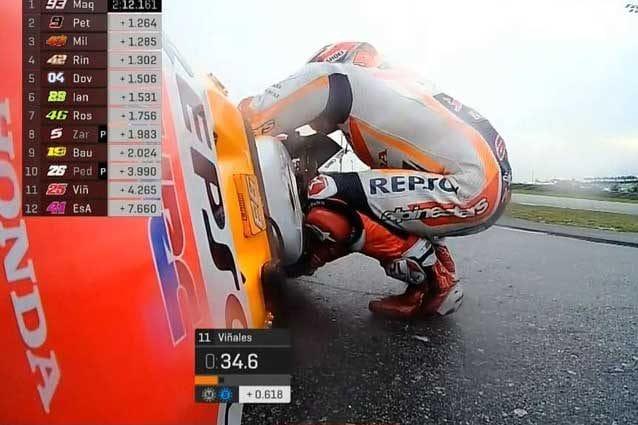 La caduta di Marc Marquez nelle qualifiche del Gp di Malesia / Getty Images