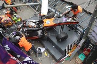 Paura a Macao, l'auto della Floersch vola oltre le barriere: ferite 5 persone