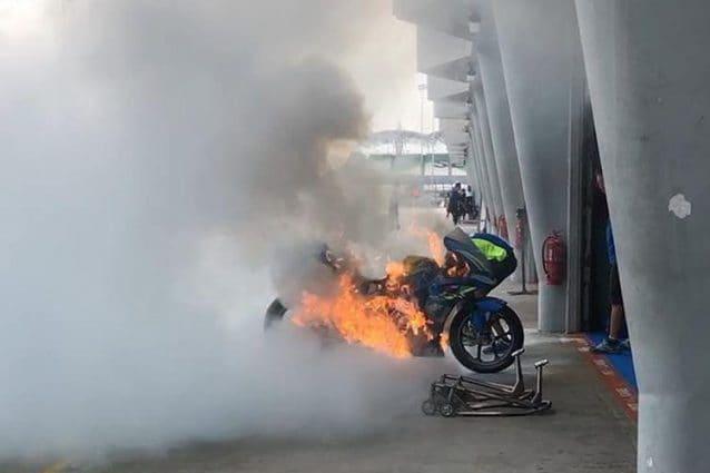 La Suzuki GSX–RR di Alex Rins avvolta dalle fiamme / Instagram