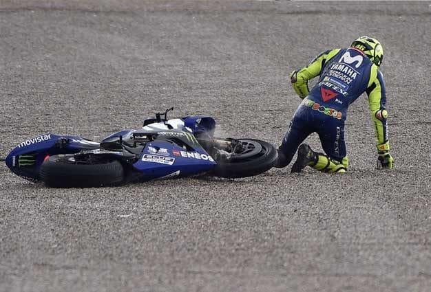 Valentino Rossi dopo la caduta nelle libere 3 di Valencia / Getty Images