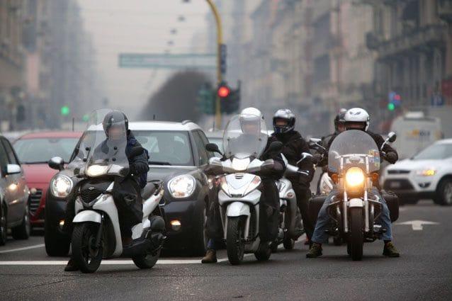 Ciclomotori al semaforo – LaPresse