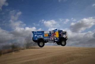 Incidente alla Dakar, un camion travolge uno spettatore: squalificato Karginov