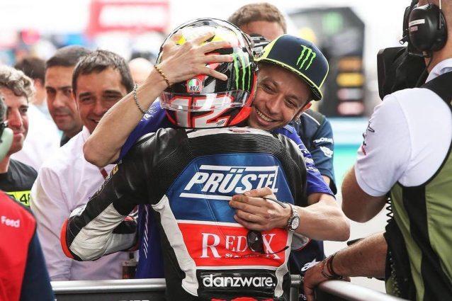 L'abbraccio vi Valentino Rossi a Marco Bezzecchi dopo la sua prima vittoria in Argentina / instagram