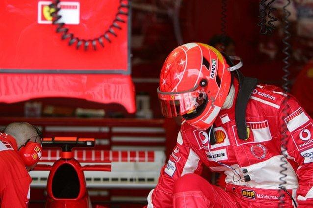 Michael Schumacher sale in macchina prima del GP di Francia 2005 – LaPresse
