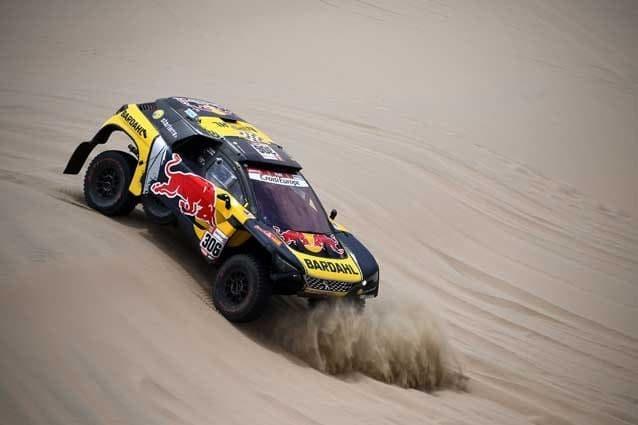 Sebastien Loeb con la sua Peugeot durante la seconda tappa della Dakar / Getty Images