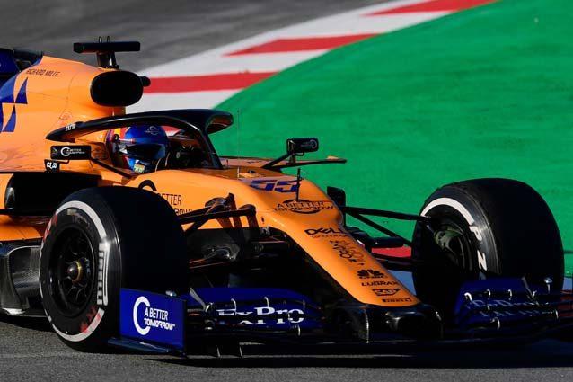 La McLaren in pista durante i test – LaPresse
