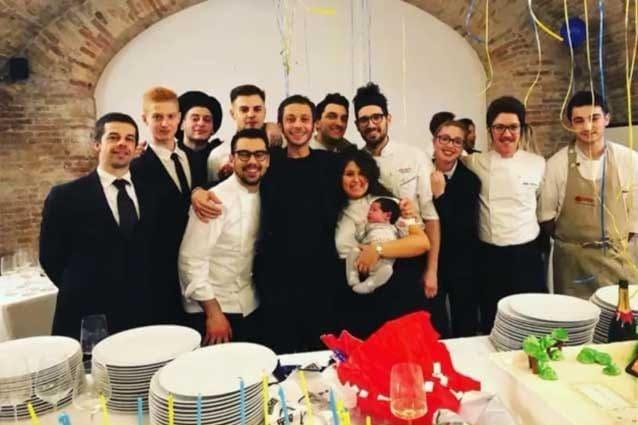 Valentino Rossi insieme allo staff del ristorante lo Scudiero di Pesaro / Instagram