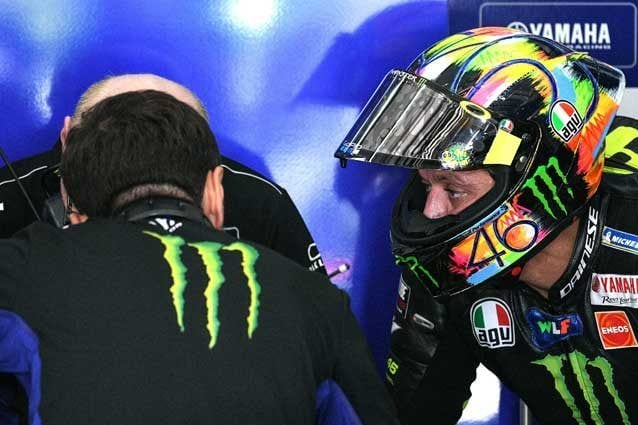 Valentino Rossi al box durante i test di Sepang / getty
