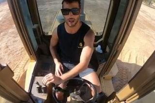 Non solo F1 per Ricciardo, il pilota della Renault alla guida di un Caterpillar