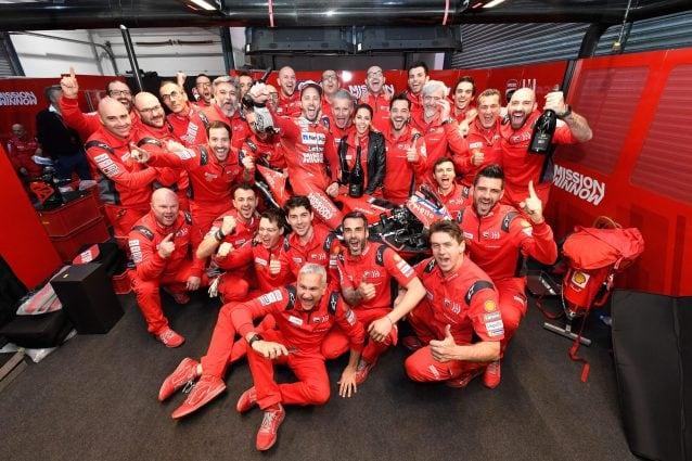 Il team Ducati dopo la vittoria di Andrea Dovizioso in Qatar / Ducati