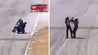 Superbike in Costa Rica, salta sulla moto del rivale e lo prende a cazzotti