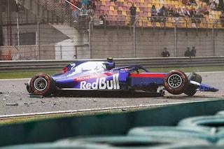 Brutto incidente per Albon, il pilota finisce contro le barriere e distrugge la sua Toro Rosso