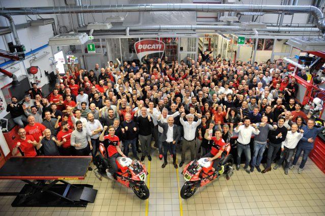 I piloti Bautista e Davies festeggiano insieme al Reparto Corse e a tutti i dipendenti Ducati il record di 350 vittorie in Superbike / Ducati