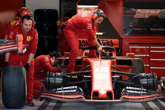 I tecnici della Ferrari a lavoro – Getty images