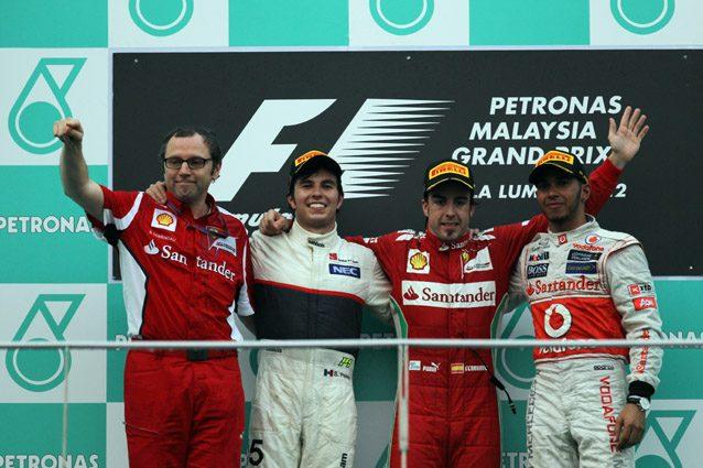 Sergio Perez sul podio insieme a Stefano Domenicali – LaPresse