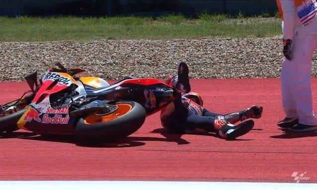 Marc Marquez a terra dopo aver provato a far ripartire la sua Honda / MotoGP
