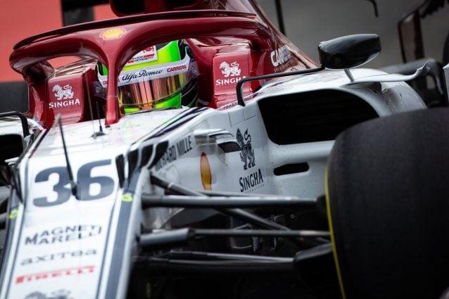 MIck Schumacher al volante dell'Alfa Romeo nel secondo giorno di test in Bahrain