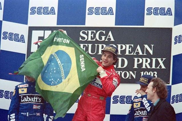 Ayrton Senna sul podio di Donington nel 1993 – Getty images