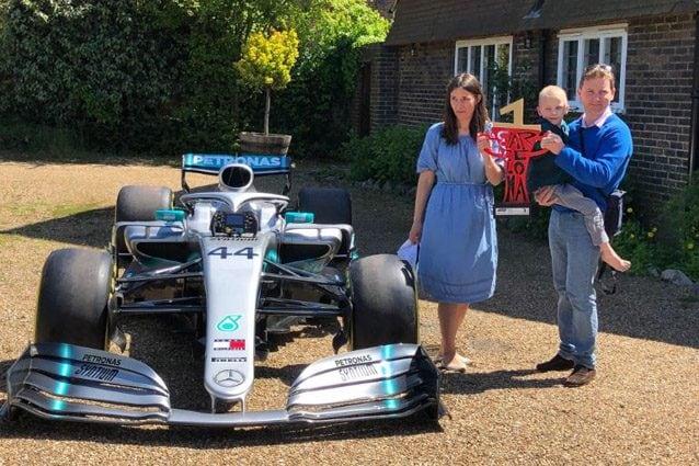 Hamilton regala la propria vettura al piccolo Harry – Foto Twitter