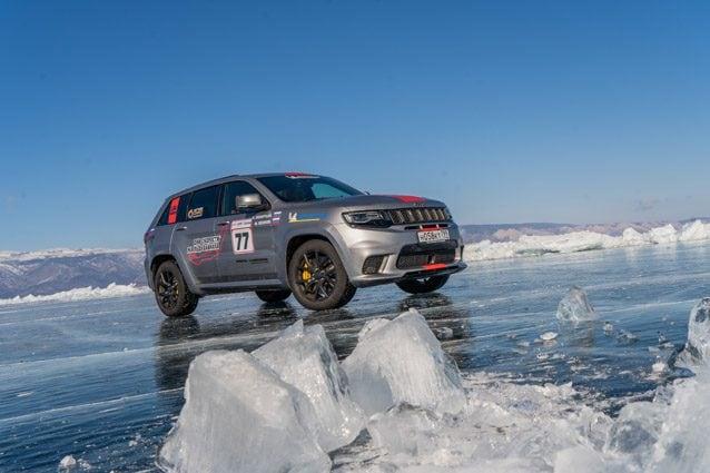 La Jeep Grand Cherokee sul lago Baikal