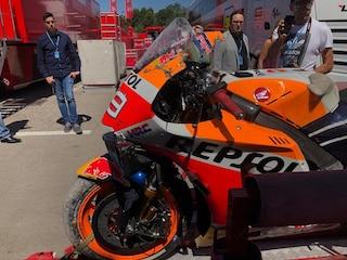 MotoGP, Lorenzo di nuovo a terra: brutta caduta nei test di Barcellona