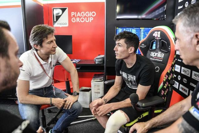 Aleix Espargaro al box, a sinistra il ceo di Aprilia Racing Massimo Rivola / Aprilia