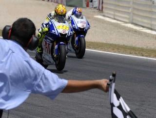 Valentino Rossi, 10 anni fa la battaglia con Lorenzo a Barcellona