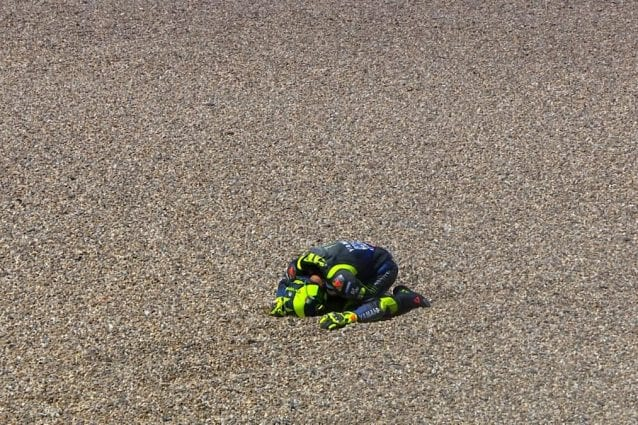 Valentino Rossi subito dopo la caduta / MotoGP.com