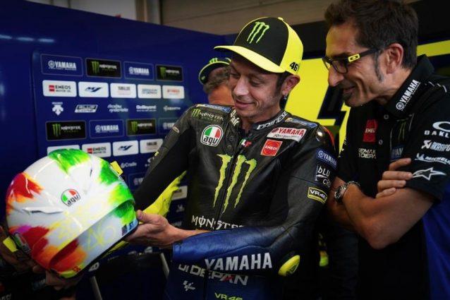 Valentino Rossi mostra il casco speciale per il GP d'Italia / Yamaha