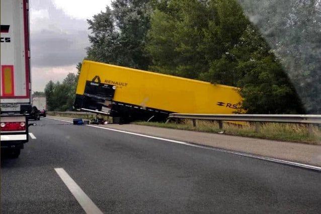 L'incidente che ha coinvolto il camion Renault – Foto Twitter