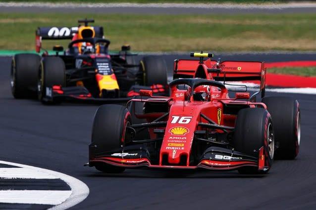 Charles Leclerc davanti alla Red Bull di Max Verstappen – Getty images