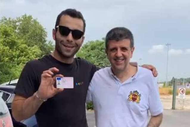 Petrucci mostra la patente presa oggi / Instagram