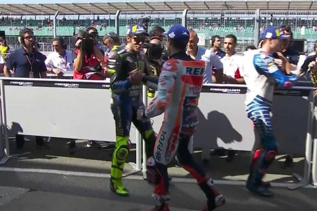 La stretta di mano tra Rossi e Marquez al parco chiuso di Silverstone / MotoGP.com
