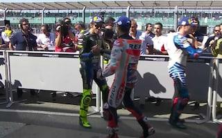 MotoGP, Valentino Rossi torna al parco chiuso e Marquez gli rende onore