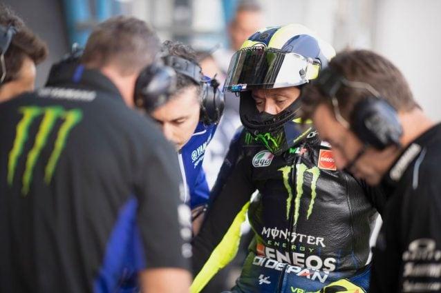 Valentino Rossi davanti al box / Getty