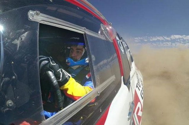 Alonso al volante della Toyota della Dakar durante i test / Twitter