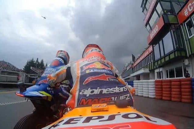 Marquez allontana Rins con la mano / motogp.com