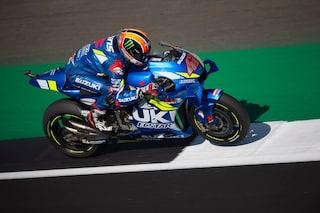 MotoGP Gran Bretagna: capolavoro Rins, beffato Marquez. Paura per Dovizioso