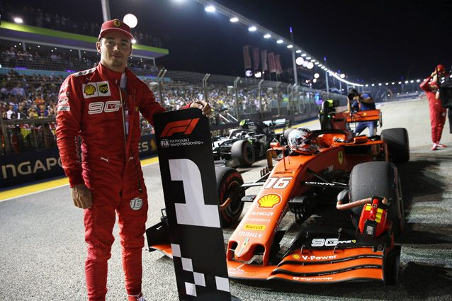 Charles Leclerc festeggia la pole position di Singapore – LaPresse
