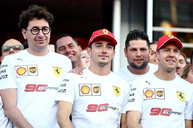 Il team principal Mattia Binotto insieme a Sebastian Vettel e Charles Leclerc – Getty images