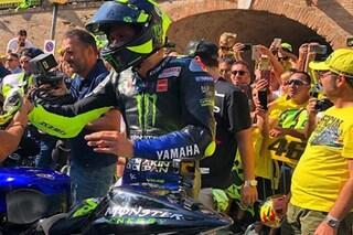 """MotoGP, Rossi a Tavullia con la M1: """"Da piccolo sognavo questo. Misano? Speriamo bene"""""""