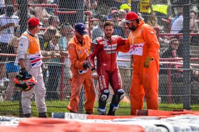 Andrea Dovizioso sorretto dai commissari dopo l'incidente di Silverstone / motogp.com