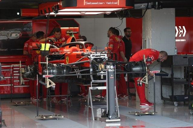 I meccanici della Ferrari nel box – LaPresse