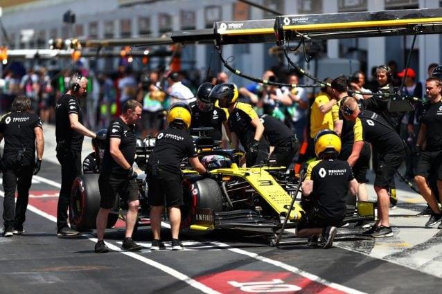 La Renault di Daniel Ricciardo in pit lane / Getty