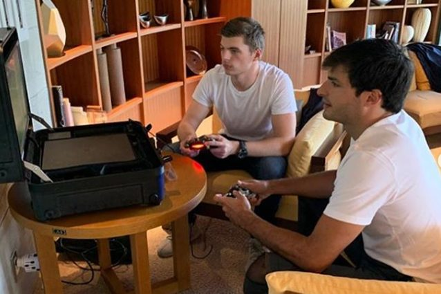 Max Verstappen e Carlos Sainz Jr giocano alla Playstation – Foto Instagram