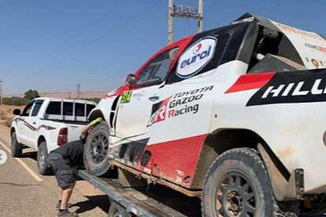 La Toyota Hilux di Alonso portata via dai meccanici / Instagram